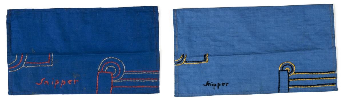 2 stk. snippemappe av tekstil. Hjemmelagd, barnearbeid. Rektangulære, brettet på midten. Maskinsøm og broderi.En lys blå en mørk blå.Broderi i rødt/grått og sort/gult.