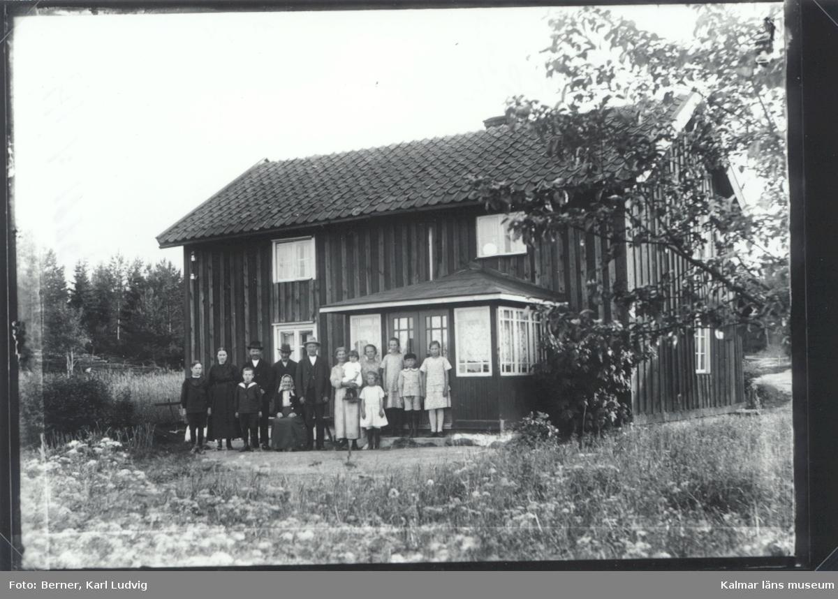Familj utanför ett hus i Bockshult. Bockshult stavades under en period Boxhult även Bockhult förekommer.