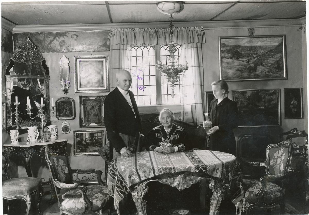 Otto og Tilla Valstad og Gunhild Bakke i Tillas stue.
