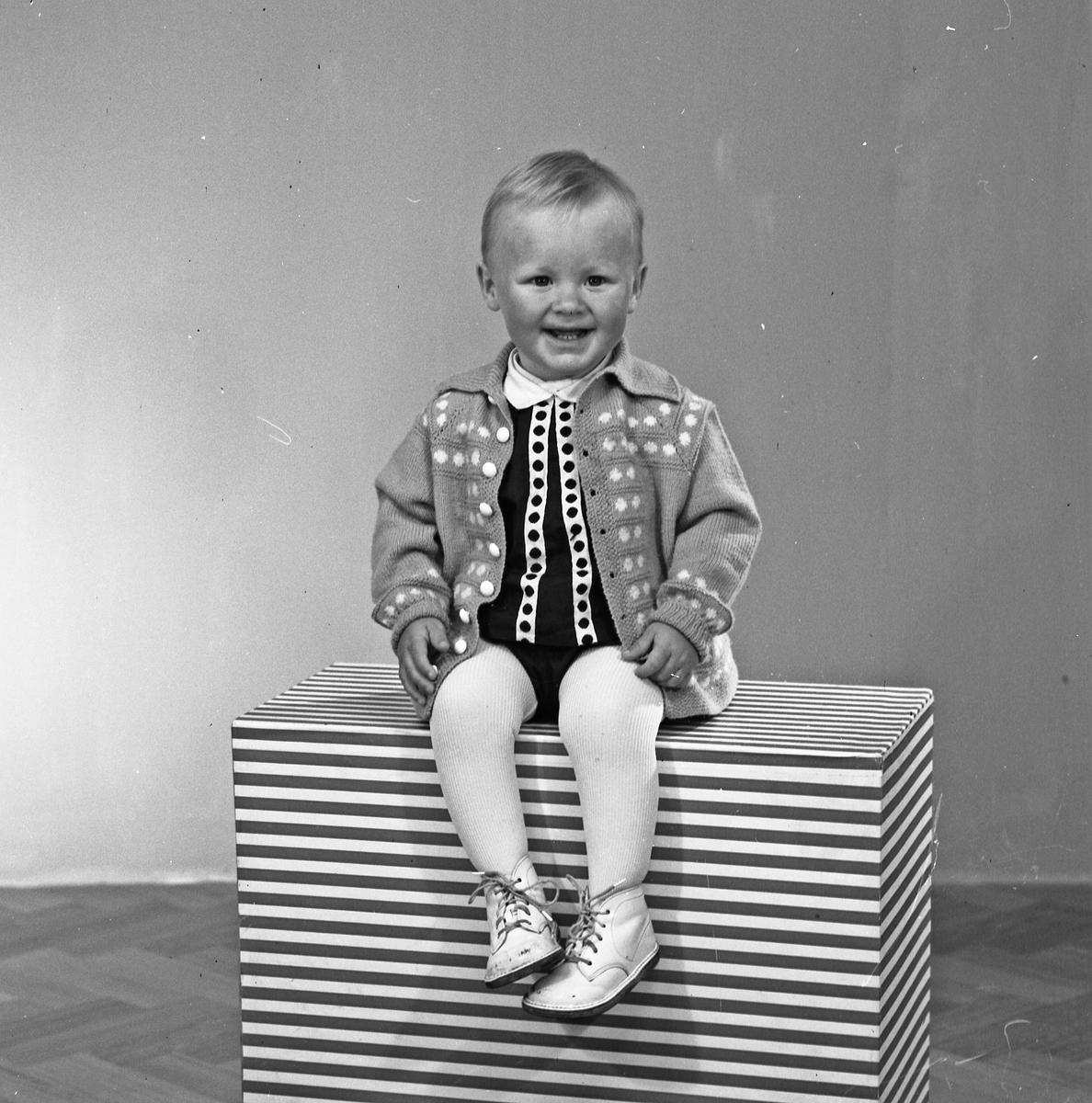 Portrett liten gutt og liten gutt og ung kvinne - bestiller Konstanse Jansen