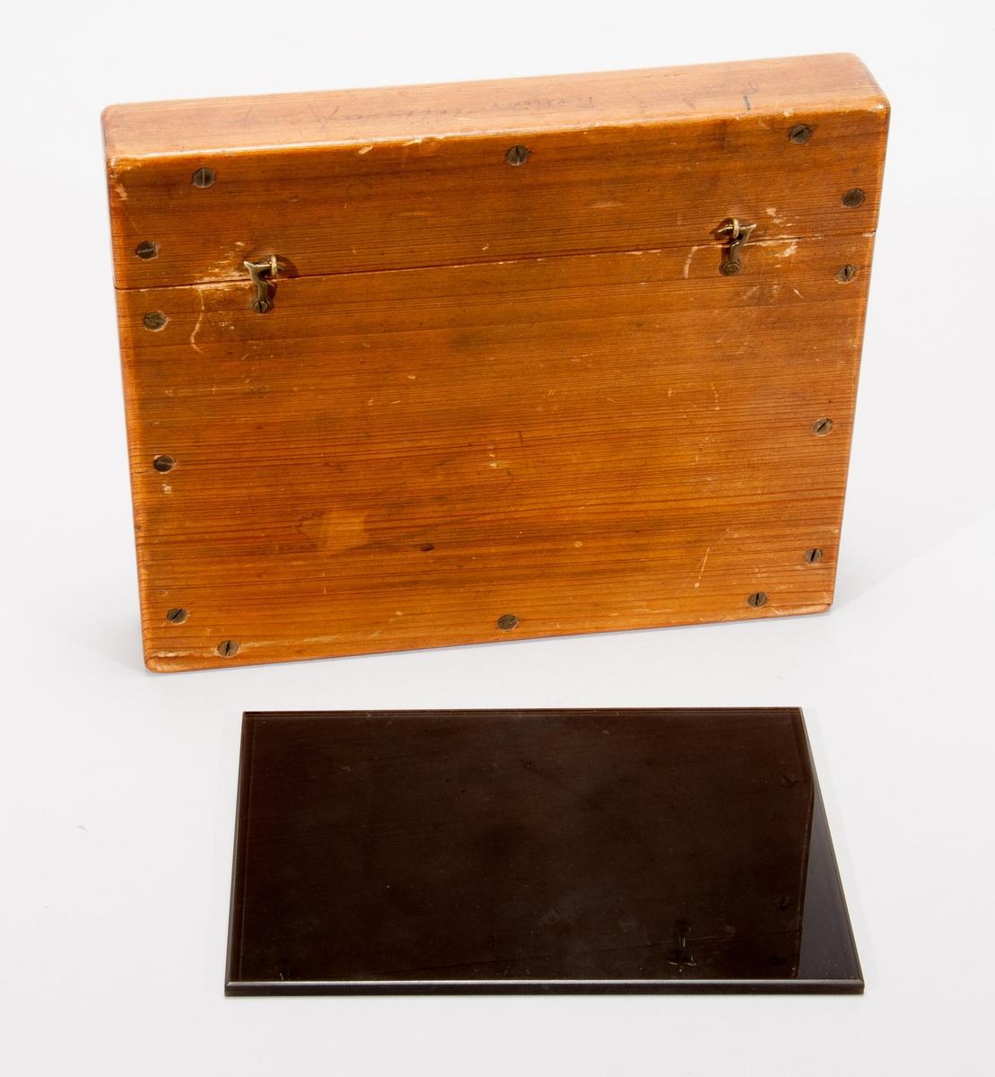 Raster, mönstrad skiva av glas i etui av trä.