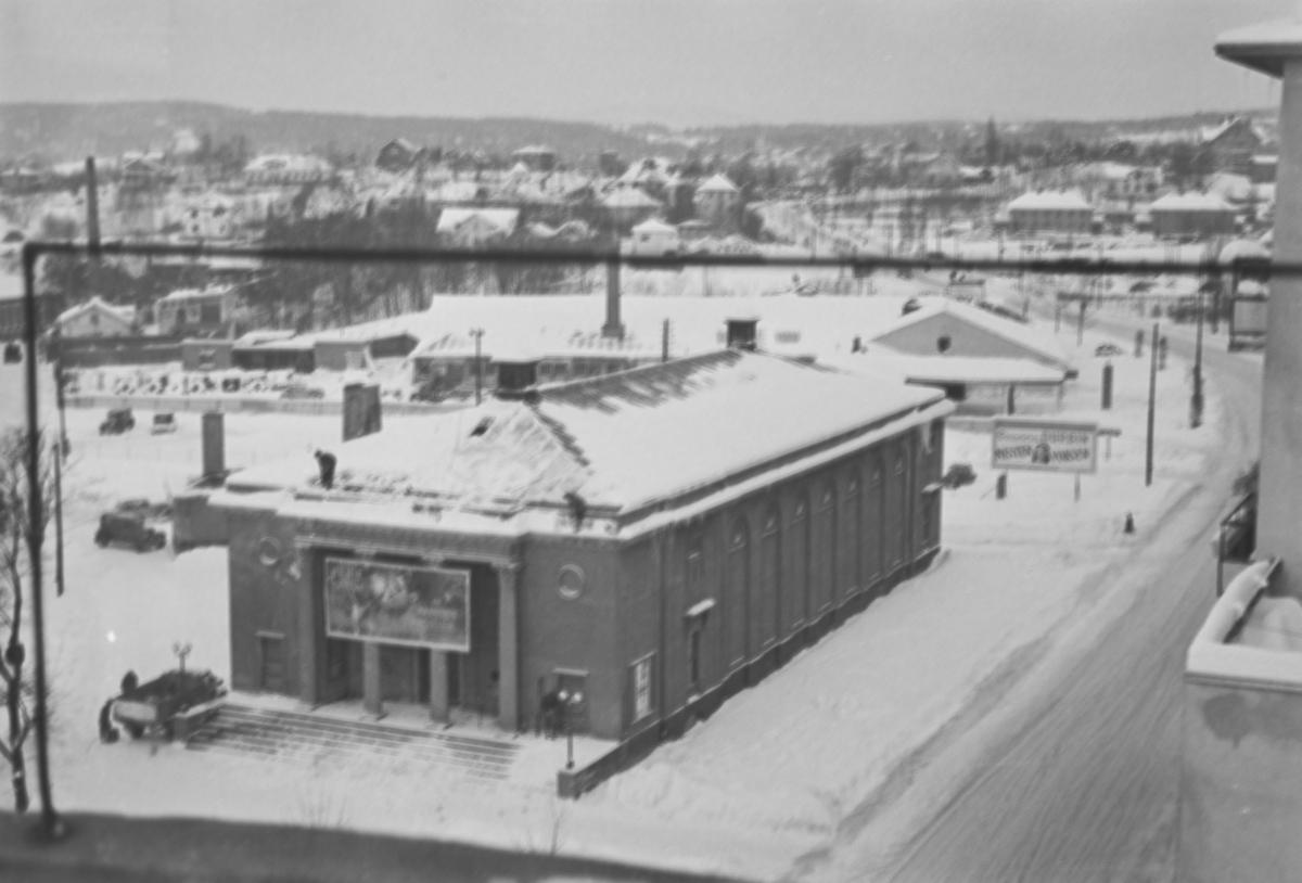 Utsikt mot kinopaleet (Kino-Palæet) i krysset Sørkadalsveien/Fridtjof Nansensvei.
