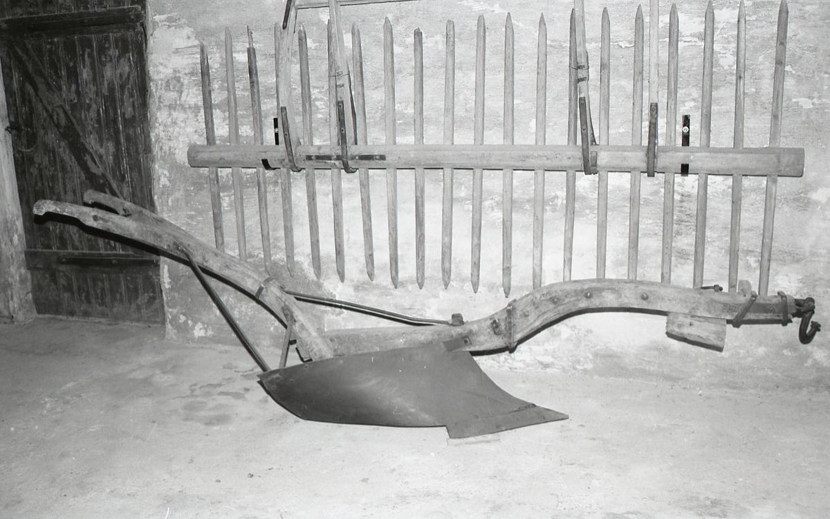 Form: Naturlig kroket ås og styre. Styret er kløvd; i kløften er satt inn et 3-kantet trestykke. Vridd, langstrakt veltefjøl av engelsk type. Åpen landside.