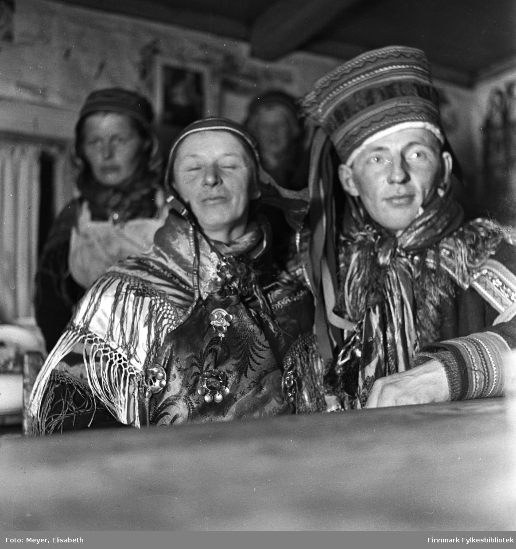 Brudeparet Marit Magnusdatter Sara og Mathis Mathisen Hætta fotografert på bryllupsdagen av Elisabeth Meyer. Sannsynligvis er bildet tatt ved påsketider 1940 under Meyers besøk i Finnmark før krigsutbruddet. Dette bildet er muligens tatt  i forbindelse med bryllupsfeiringen/bryllupsmiddagen.