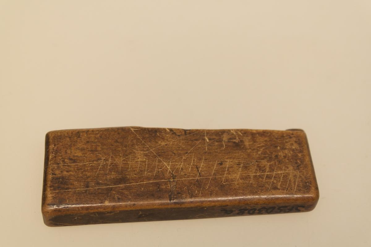 Futeral (a) med to årelatingsjern (b-c). A) Futeral i bøk (?) som innvendig er skåret til etter jernenes form. B) Latejern i smidd jern. Oppsvinget i den ene enden. I den andre enden er det en skarp spiss. C) Latejern i smidd jern. Rett stykke som ender i en skarp spiss.