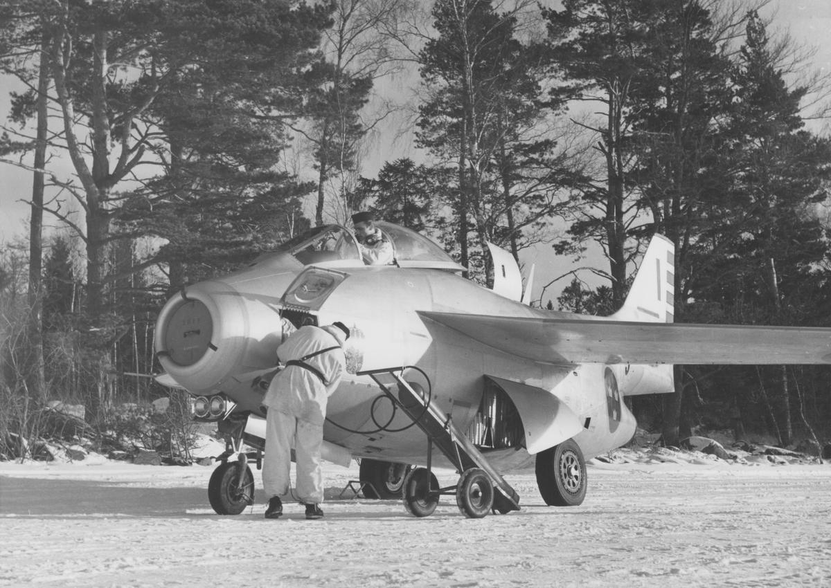 Klargöring av flygplan 29 Tunnan på vinterbas på sjön Roxens is. Flygplan tillhörande F 3 Malmen.