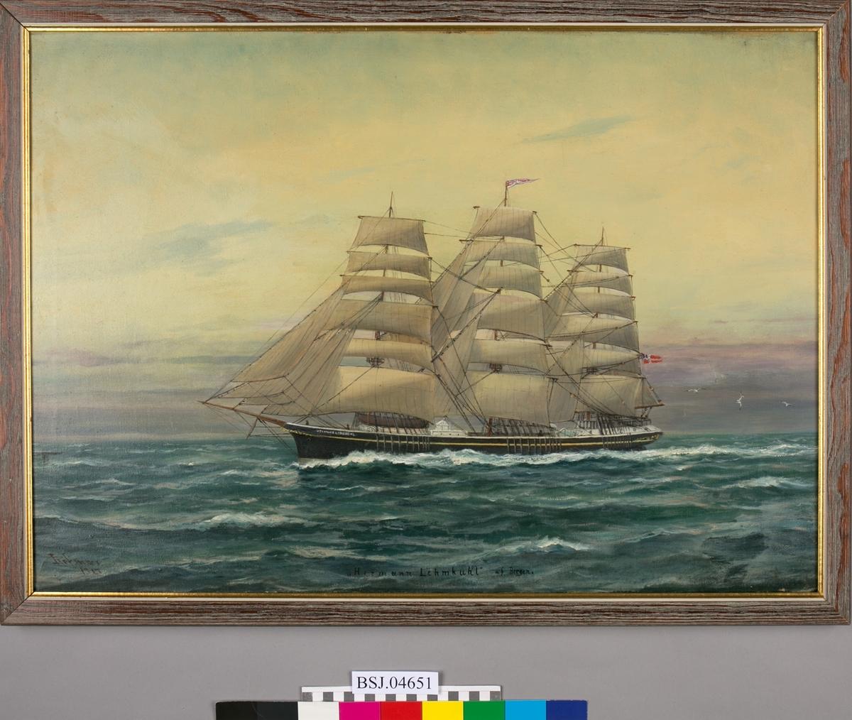 Fullrigger HERMAN LEHMKUHL på åpent hav. Full seilføring, og vimpel med skipets navn i masten. Norsk unionsflagg i akter (Sildesalaten). Motivet er sannsynligvis en kopi av et Sørvig-maleri (BSJ.00087).