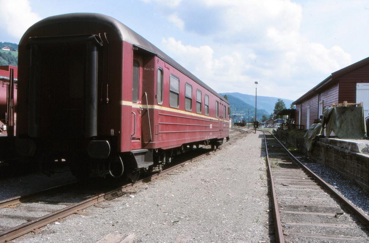 NSB personvogn litra BF 11 på Fagernes stasjon. Vognen ble brukt som konduktørvogn i godstogene.