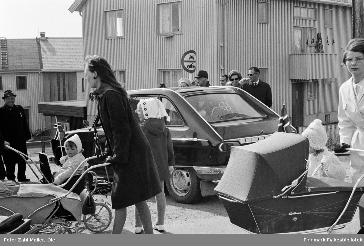 Vadsø 17.5.1969. Fotoserie av Vadsø-fotografen Ole Zahl-Mölö. Mødre med tidsriktige barnevogner fra Svitun.