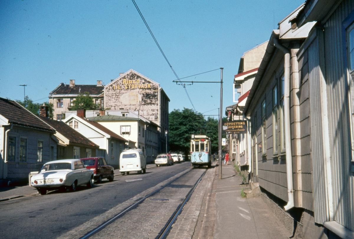 Sporvogn 107 på rute 6 på Vålerenga. Dette var siste dag de klassiske toakslede Kristiania-trikkene gikk i ordinær rutetrafikk i Oslo.
