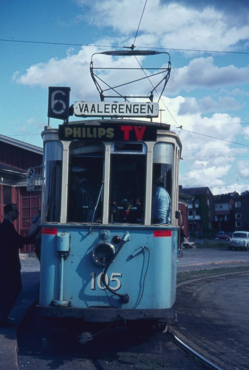 Sporvogn 105 første tur siste driftsdag rute 6. Etterstad. Dette var også siste dag de klassiske toakslede Kristiania-trikkene gikk i ordinær rutetrafikk i Oslo. Samme dag ble trikkelinjen til Etterstad nedlagt.