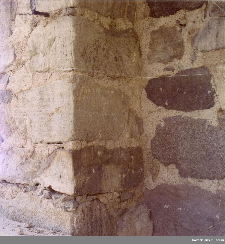 Murverksutsnitt, södra sidan, övergång mellan långhus och kor.