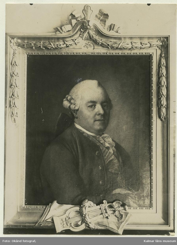 Foto av oljemålning av J. Hoffman. En friherre, industriidkare, mecenat med peruk på bild. Originalet tillhörigt bokhandlaren Claes Albrecht. 1925.