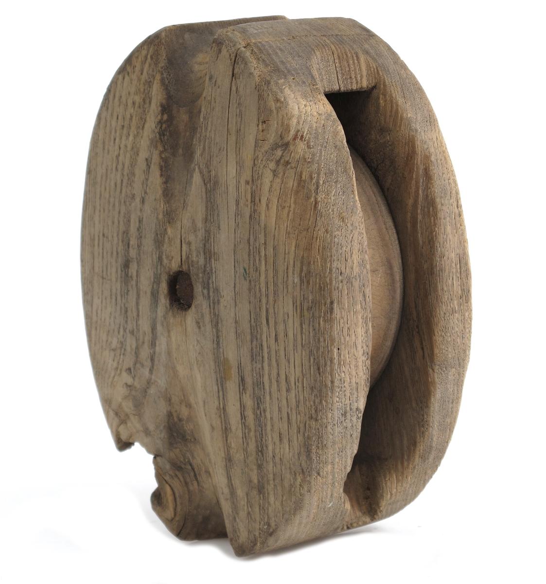 Blokkhus, Enkel blokk med skive av pukkenholt. Utskjølpinger i endene for stropp. Umalt. Blokkhus av ask.  Tilstand juli 1977: Jernet rusta, biter falt av.