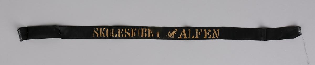 Svart silkebånd fra skoleskibet ALFEN med tekst i gull.