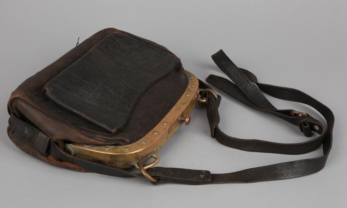 Billettveske i brun skinn med skulderstropp og messing-beslag.