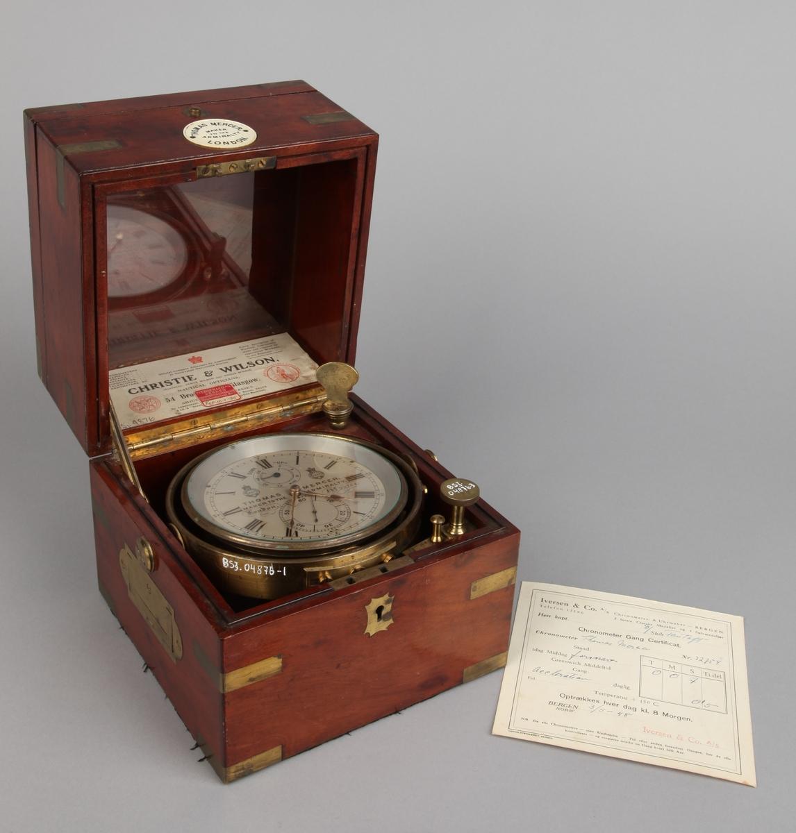 Rund kronometer fra DS FANTOFT,i messing i firkantet mahogny-kasse.