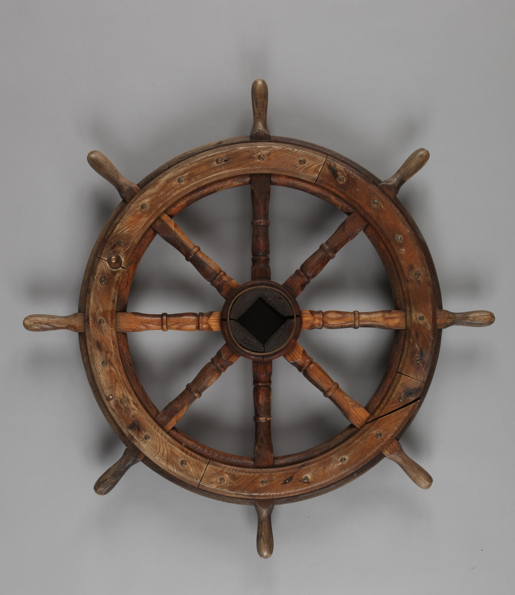 Skipsratt i tre med 8 stk. knagger på rattet