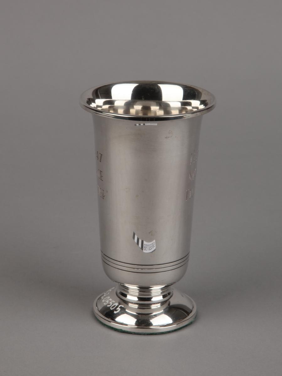 Sølvpokal gitt DS JUPITER 1947, på sokkel.