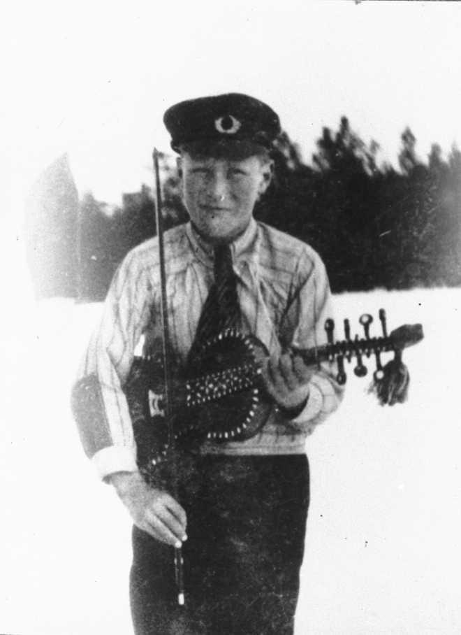 Petter Barstad som gutunge m/hardingfela si.