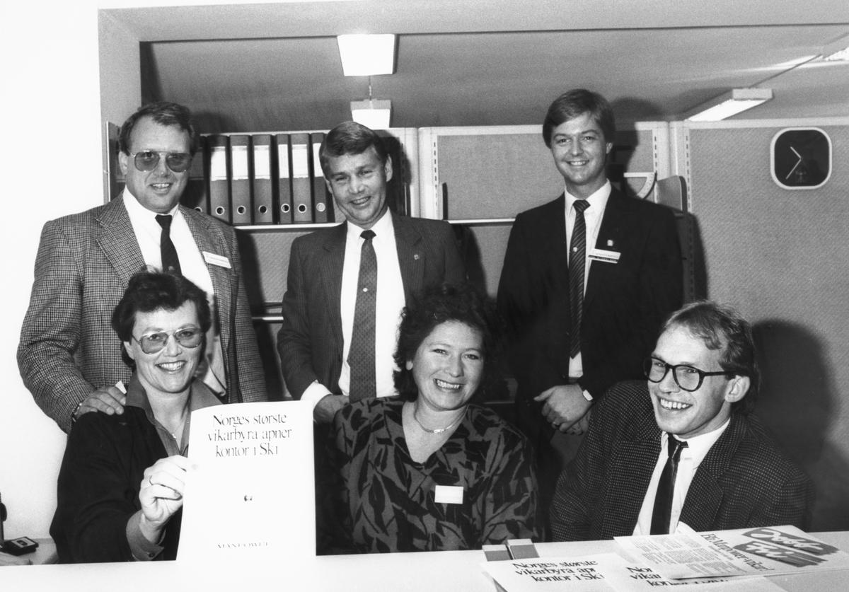 Foran fra venstre: Lajla Hansen, Kari Knapstad og Fred Rose. Bak: Tre menn.