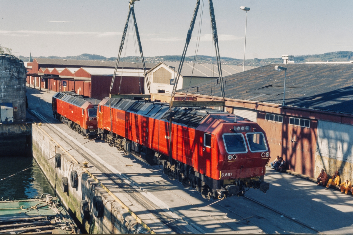 Fotoserie fra utskipningen av 11 diesellokomotiver type Di 6 i mai 1999.