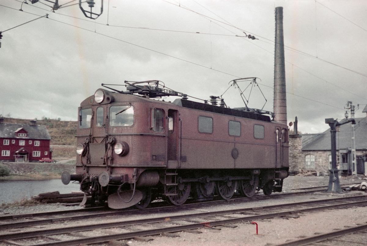 Fra Storlien stasjon i Sverige. Svensk elektrisk lokomotiv type Da nr. 898.
