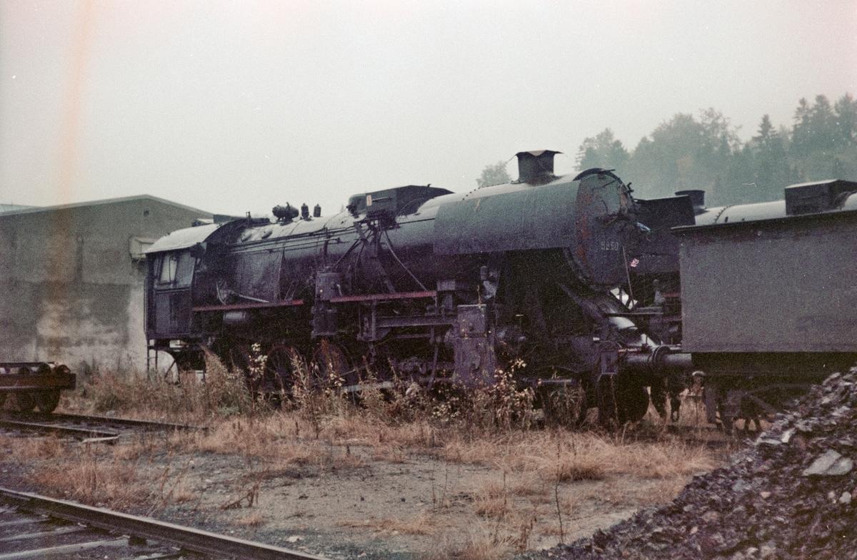 Hensatt damplokomotiv type 63a nr. 5850 uten tender på driftsbanegården ved Marienborg ved Trondheim.