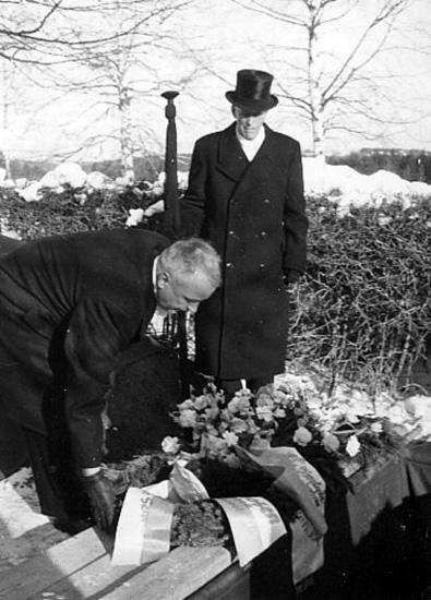Sekreterare i Niittahon Jussin Seura Helsingfors Urho Juha nedlägger president Urho Kekkonen krans vid Nittaho-Jussis grav på Nyskoga kyrkogård 27/2 1965.