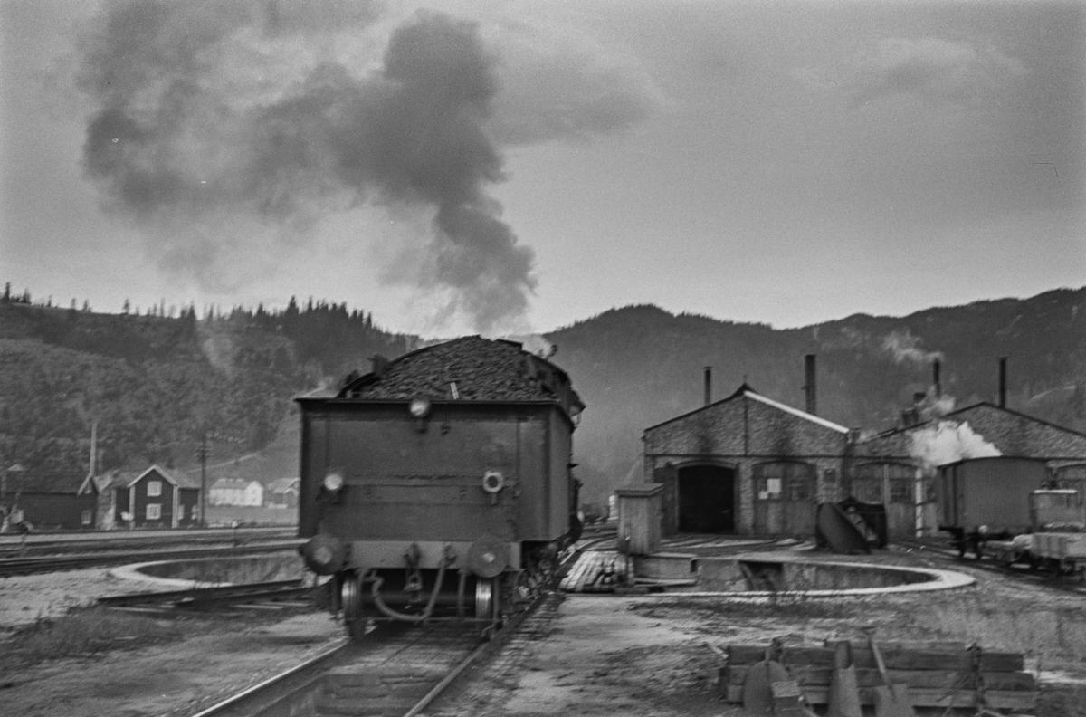 Damplokomotiv type 26c nr. 434 ved svingskiven på Støren stasjon.