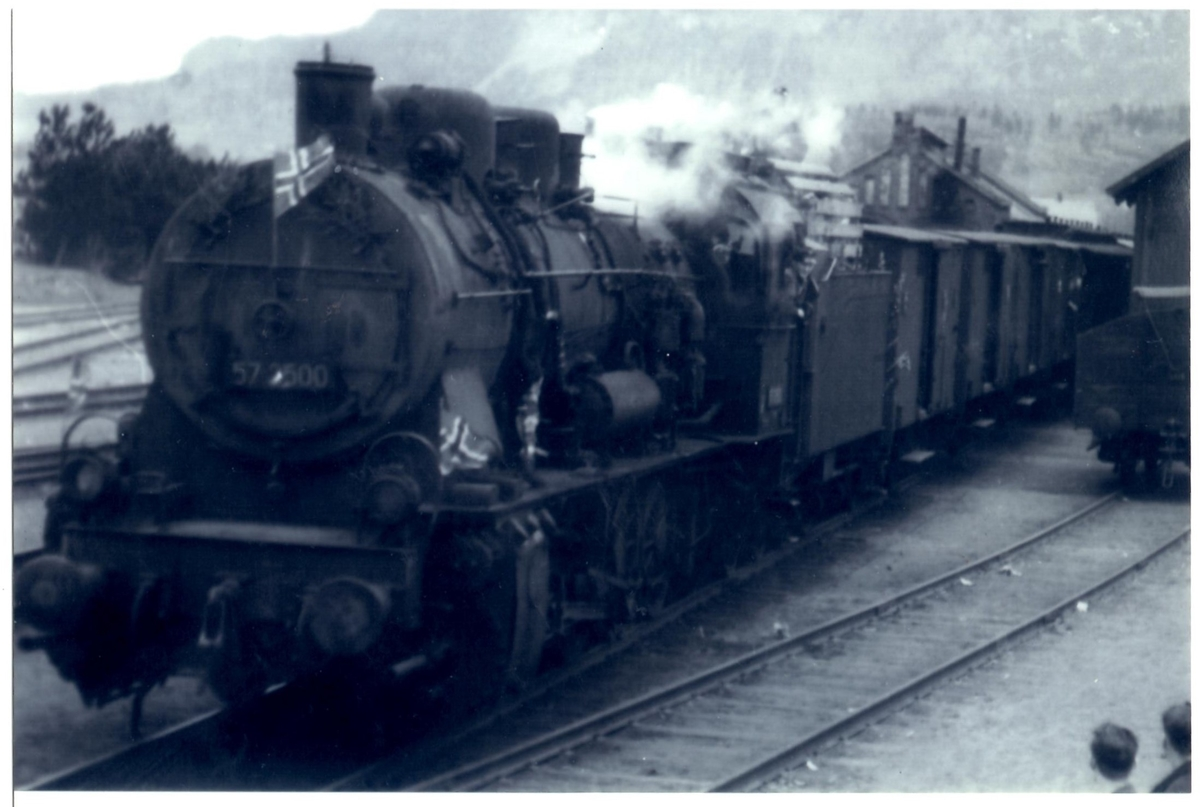 Sørgående tog trukket av damplokomotiv type 61a nr. 2500 på Stjørdal stasjon.