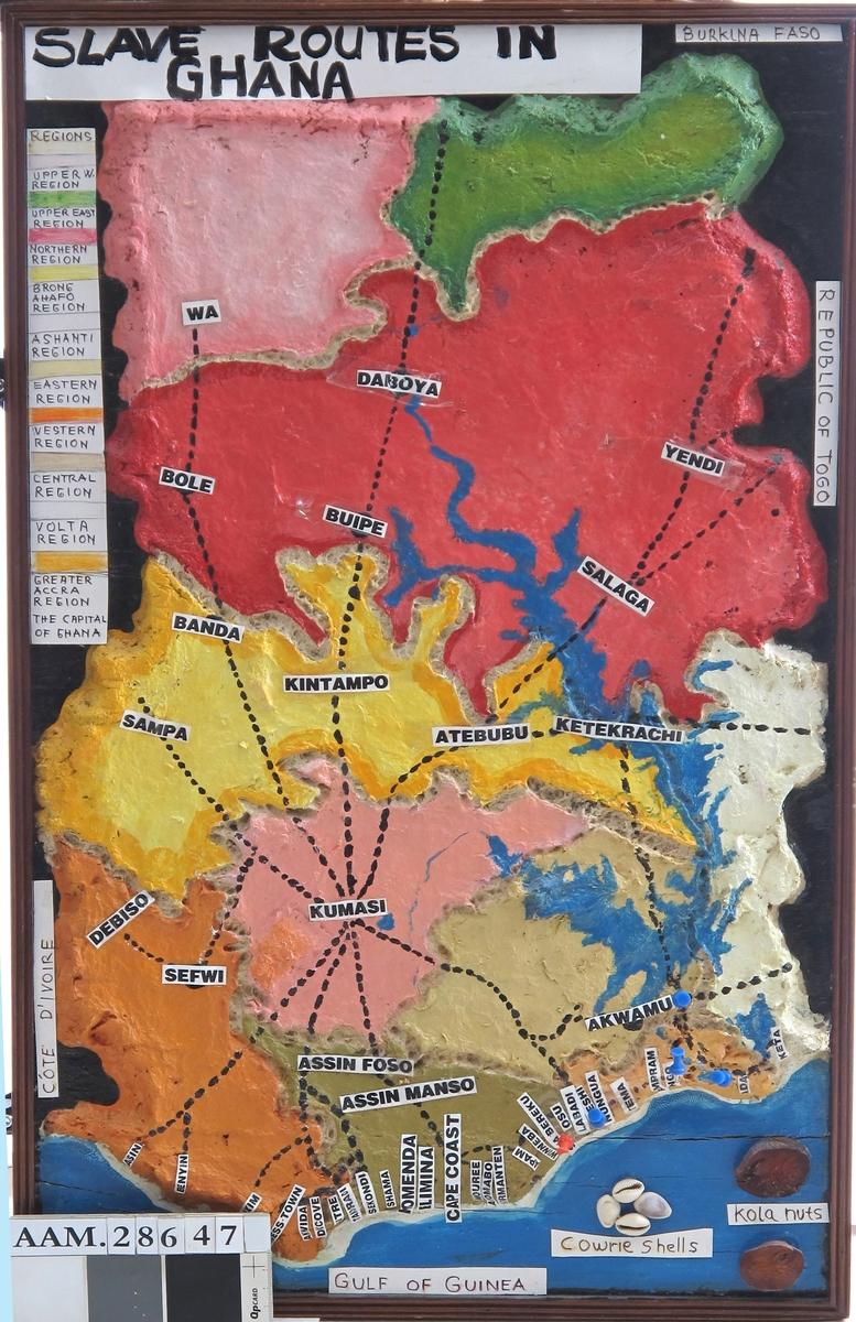 De ulike regioner i Ghana avmerket i forskjellige farger. Slaverutene fra nord avmerket inn mot Kumasi, Ashantienes hovedstad, og fra Kumasi mot de ulike slavefort langs kysten. En rekke slavefort er avmerket langs kystlinjen.
