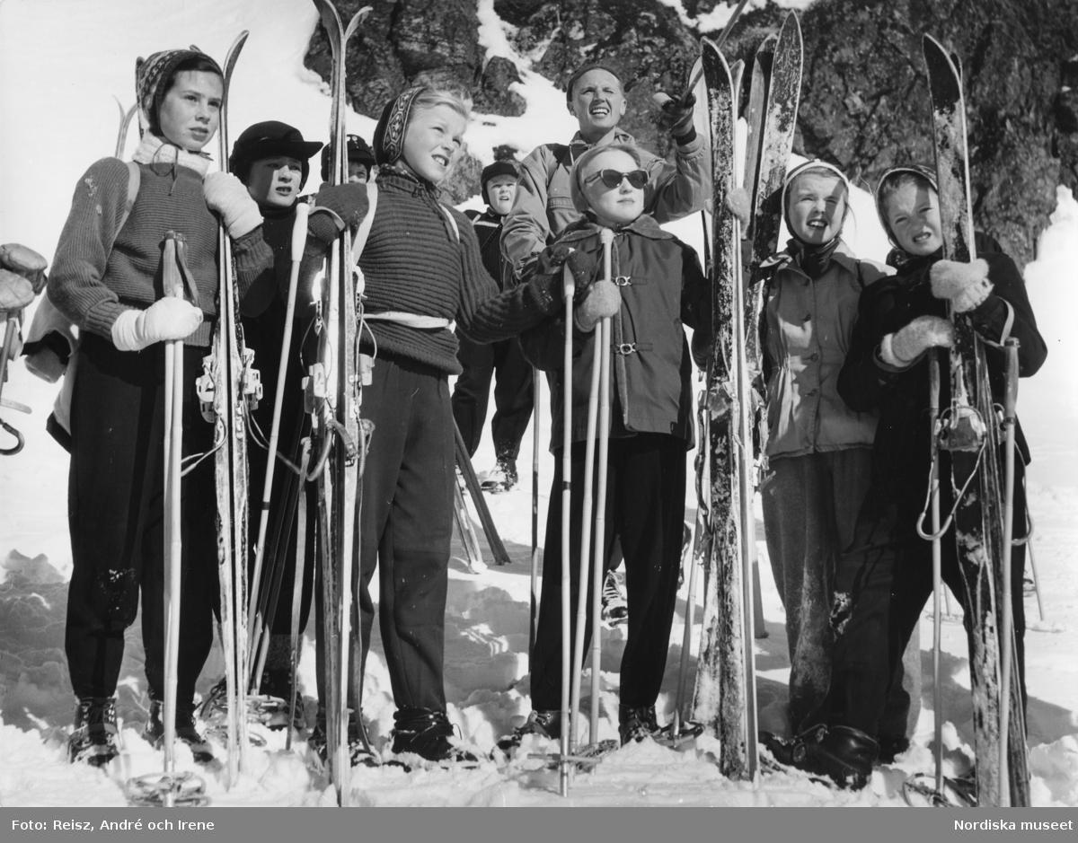En grupp ungdomar med skidor och stavar