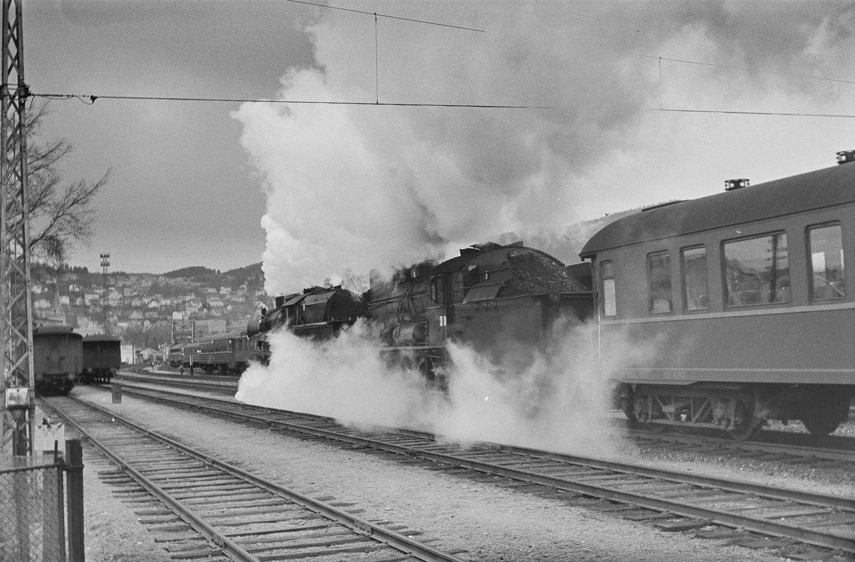 Dagtoget fra Trondheim til Oslo Ø over Røros kjører ut fra Trondheim stasjon. Toget trekkes av damplokomotiv type 30a nr. 274 og 30b nr. 350.