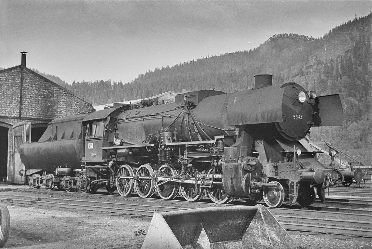 Damplokomotiv type 63a nr. 5843 ved lokomotivstallen på Støren stasjon.