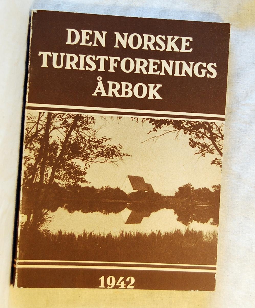 Filosofen Peter Wessel Zapffe og hans kone Berit testamenterte sin eiendom på Båstad i Asker til Universitetet i Oslo. Da det ble besluttet å selge eiendommen i 2009 ble deler av P.W. Zapffes arbeidsrom og andre eiendeler overlatt til Asker Museum. Denne samlingen inngår nå som en permanent utstilling på museet. 10 stk. årbøker fra årgangene 1925, 1928, 1935, 1937, 1942, 1943, 1951, 1953, 1959, 1968.  Årbok fra 1925 og 1928 er gitt i gave av Lions Nesbru i 2014/15 og erstatter eksemplarer som Tromsø Museum overtok.