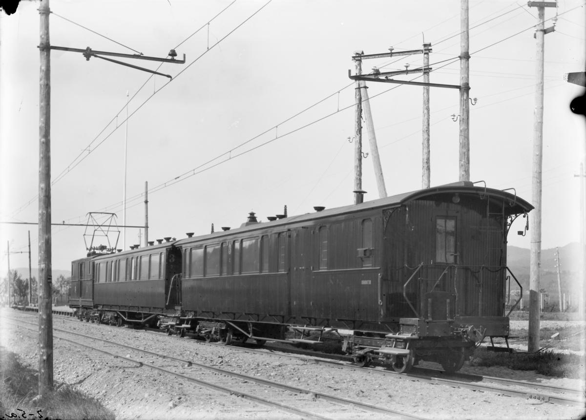 Westinghouse-lokomotiv nr. 1 med personvogner på linjen.