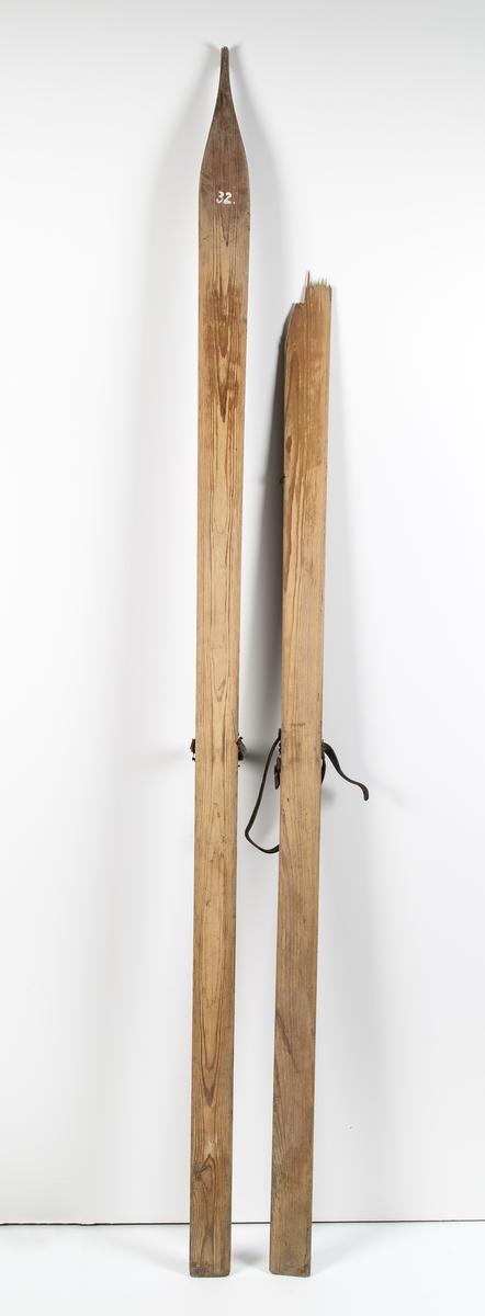Et par ski med lærbinding. Vrist- og hælstropp. Flat tupp. Antatt 1800-tall.