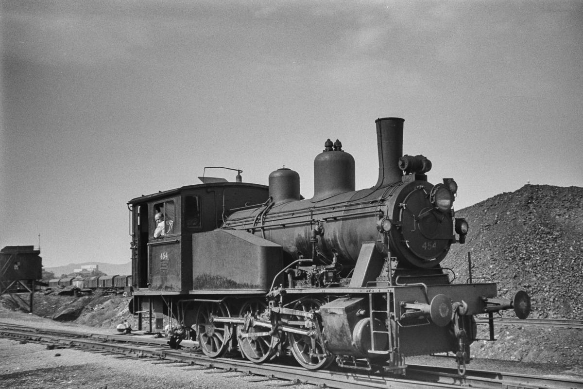 Damplokomotiv type 23b nr. 454 ved kullastegraven på Marienborg ved Trondheim.