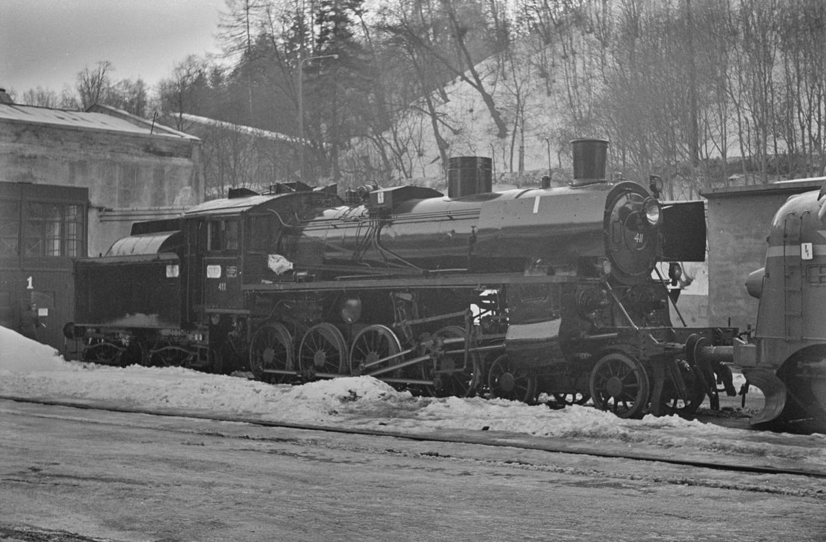 Et nyrevidert damplokomotiv type 26c nr. 411 trekkes ut fra Marienborg Verksted i Trondheim, som det siste damplokomotiv som fikk HR (hovedrevisjon) på dette verkstedet.