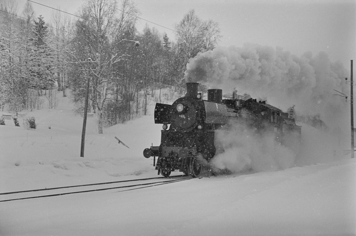 Prøvekjøring av nyrevidert damplokomotiv type 26c nr. 411 etter fullført HR (hovedrevisjon), som det siste damplokomotiv som fikk HR på Marienborg verksted.
