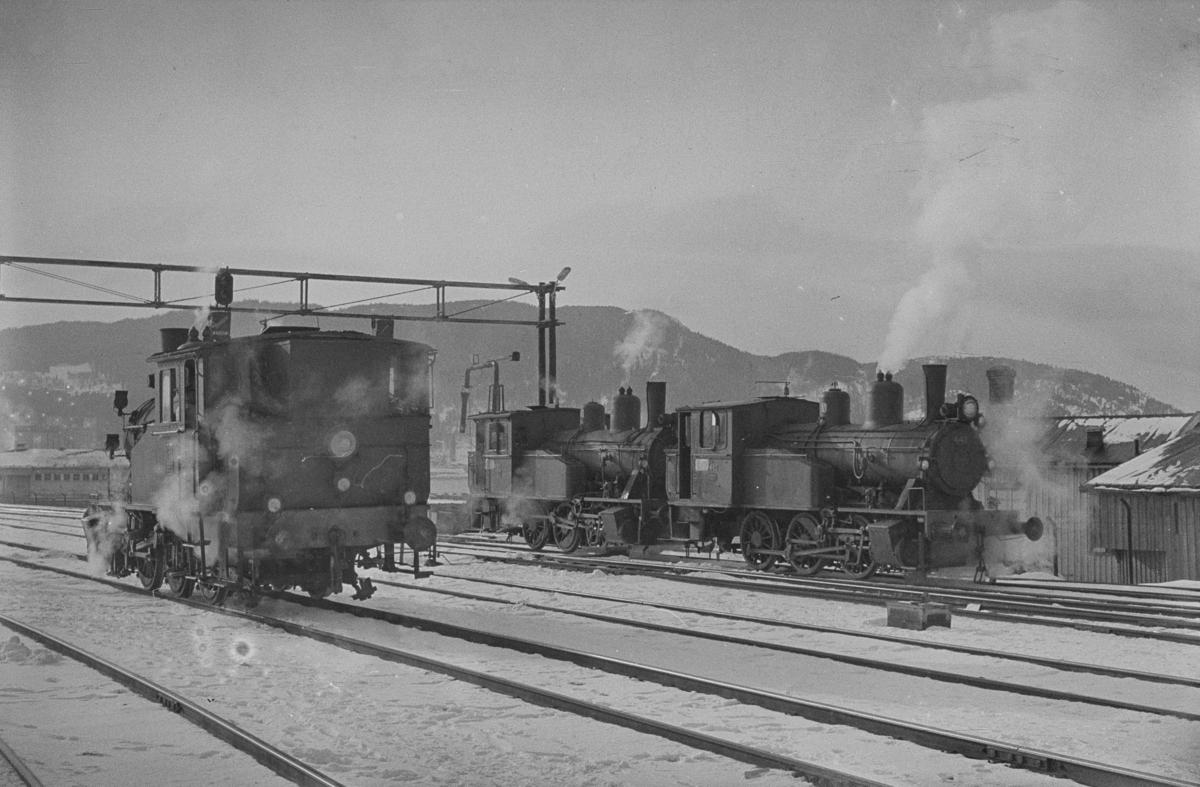 Damplokomotiver type 23b i skiftetjeneste på Trondheim stasjon. Fra venstre nr. 454, 460 og 442.