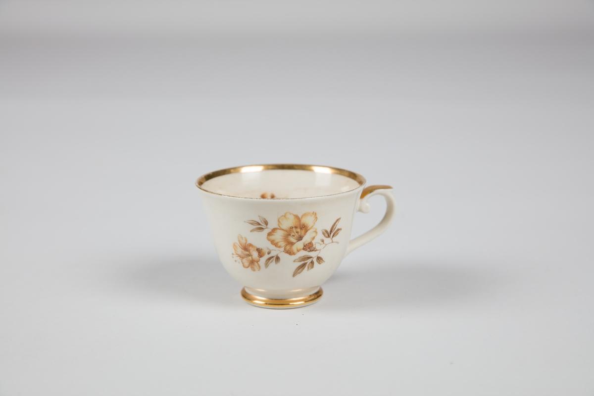Kaffeservise i 35 deler: 10 kopper, 12 kaffeskåler, 12 asjetter, 1 fløtemugge. Hvitt porselen (?) med blomster og gullfarget kant.