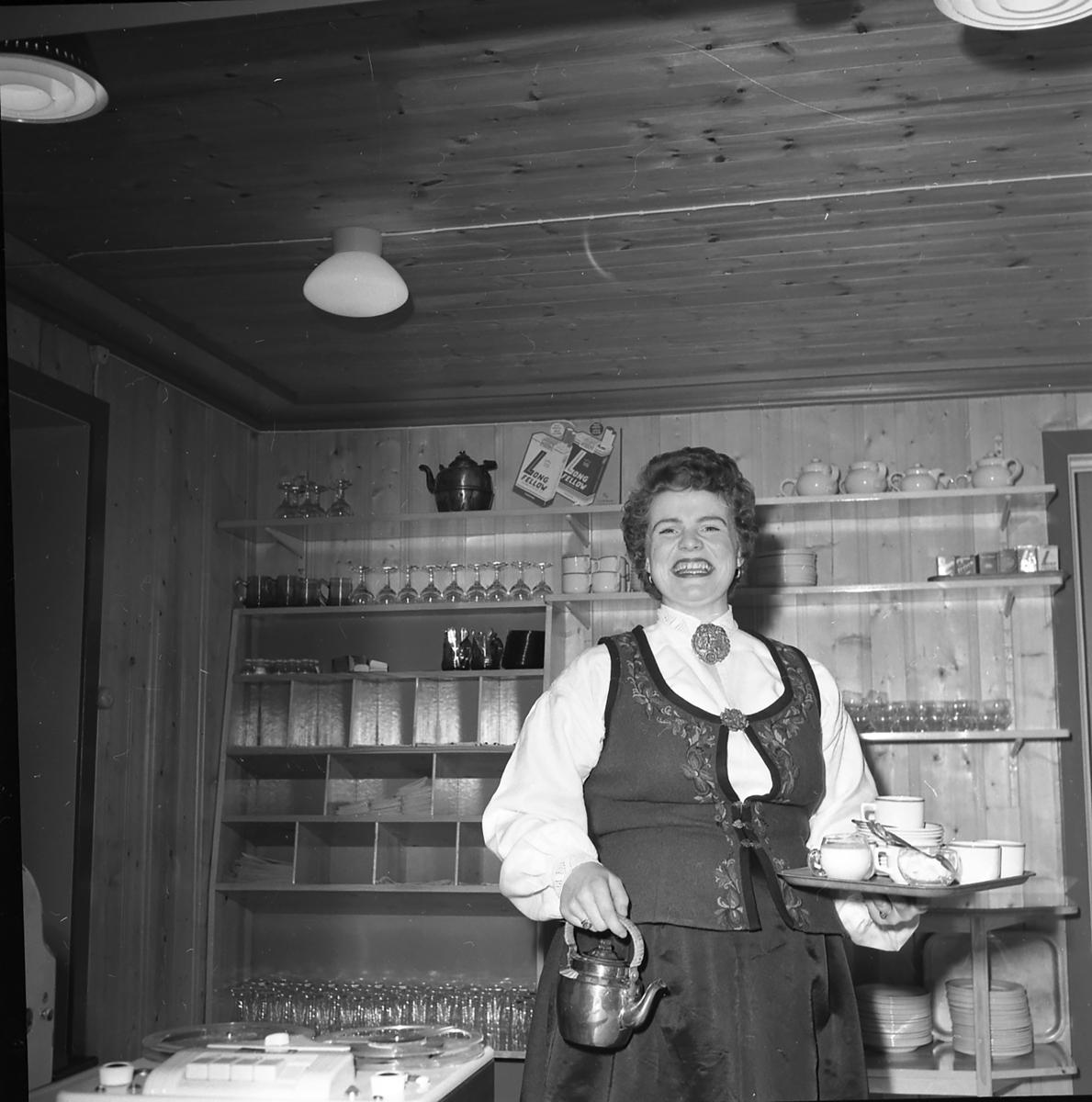 Fra Elgstua, en kvinne med kaffekopper