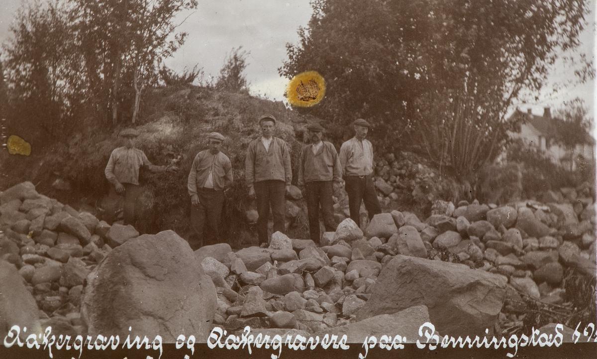GR: 5 MENN I BUSSERULL, STEINBRYTING, GRAVHAUG I BAKGR. , BENNINGSTAD STORE, ÅDALSBRUK, BRUNSTADÅKEREN,  Løten.