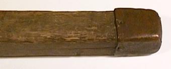 Fyrsidigt alnmått med svarvat handtag. Stockens spets är försedd med kopparhylsa.