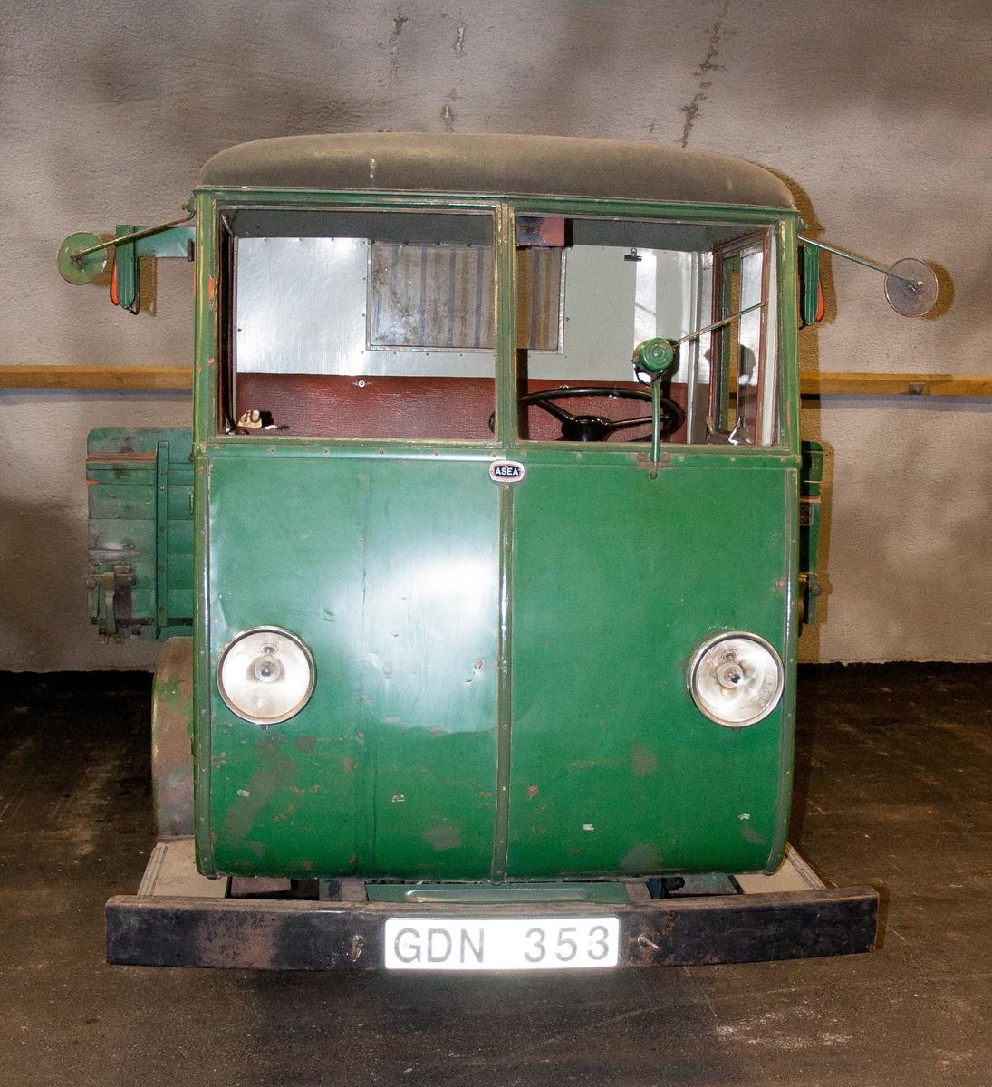 """El lastbil, fabrikat ASEA, Typ EBV 10/11, Chassinr 182, årsmodell 1945, Registreringsnummer GDN353. Totalvikt 2600 kg. Hytten har skylt märkt """"AB Hägglund & Söner, Örnsköldsvik"""". Bilen har ägarskylt  märkt """"Karlskrona Hattfabrik"""", hemort Karlskrona, igenkänningsmärke """"K1241"""", """"BES. 5 2 1945"""".  Med bilen följer ett reservhjul samt en planka med texten """"Karlskrona hattfabrik""""."""
