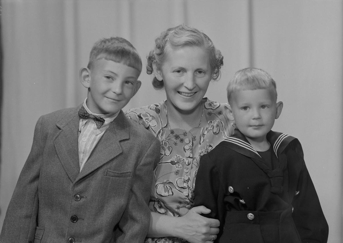 Gudlaug Utnes med sønnen Dag og en sønn til