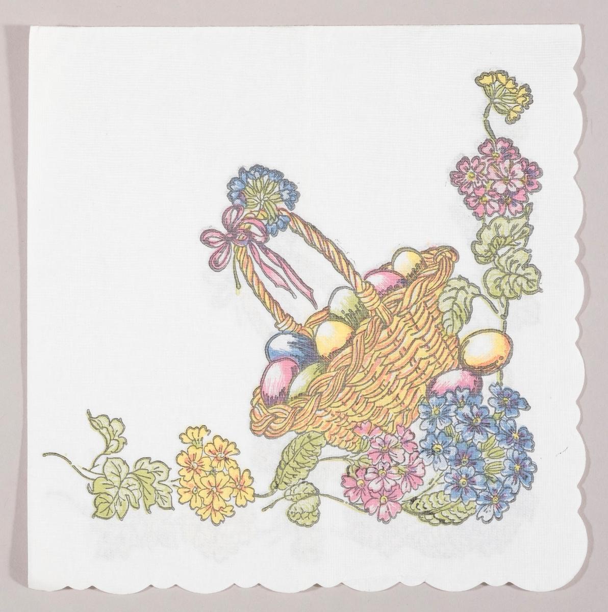 En flettet kurv med kulørte påskeegg og sløyfe på hanken. Gule, rosa og blå blomster.