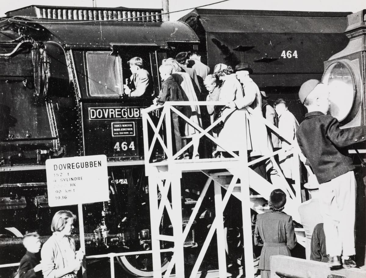 NSBs 100 års jubileumsutstilling i Oslo i september 1954. NSBs damplokomotiv type 49a 464 Dovregubben.